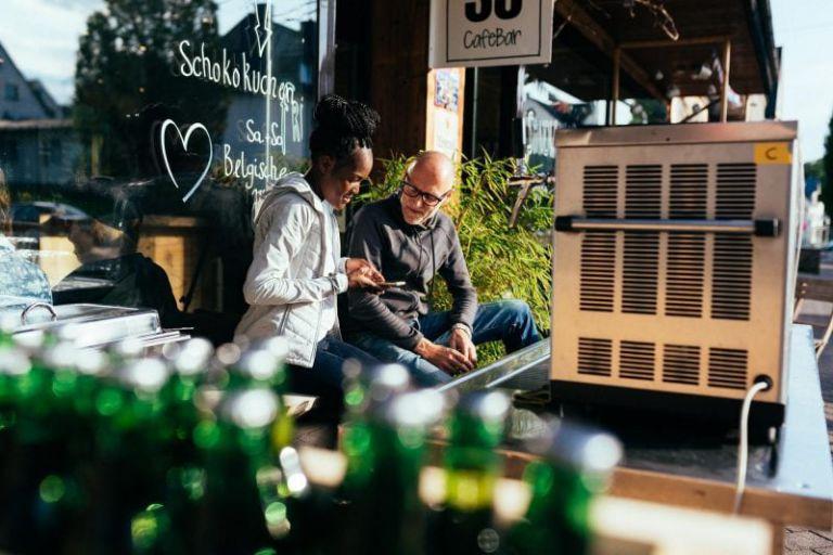 Zwei Personen vor dem Cafe 35.
