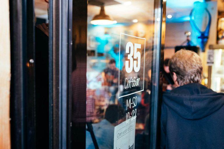 Blick durch die Tür ins Cafe 35.