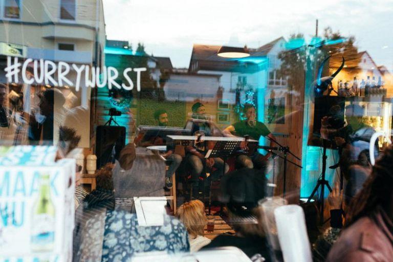 Blick von Außen ins Cafe 35.