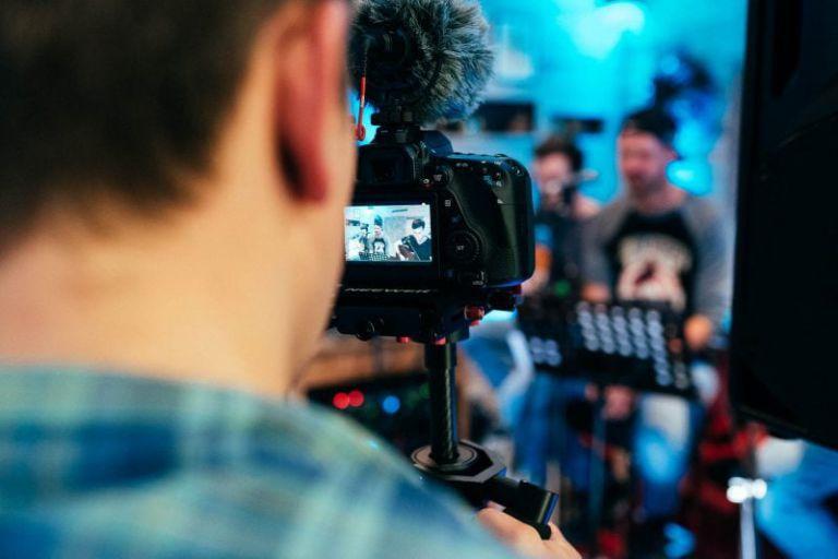 Blick auf den Kamerarücken des Filmers.