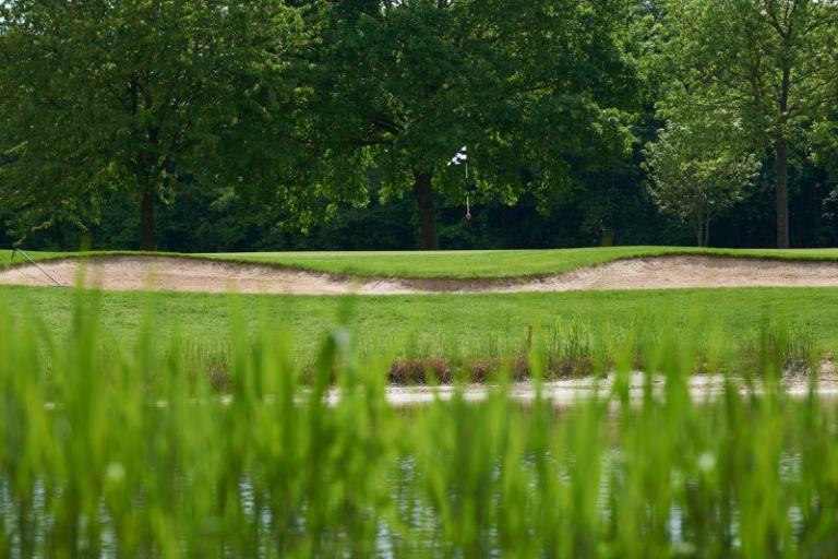 Ein Fähnchen auf dem Golfplatz.