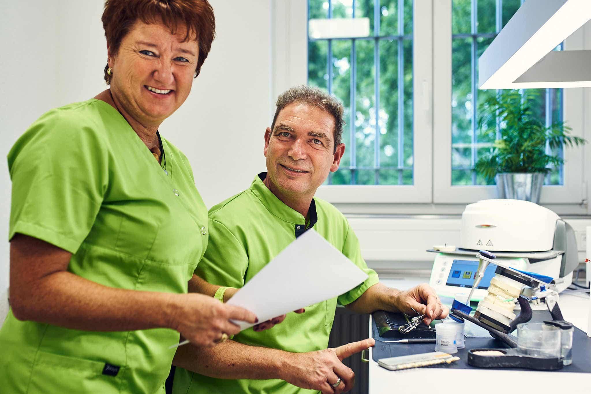 Zwei Personen Portrait im Labor.