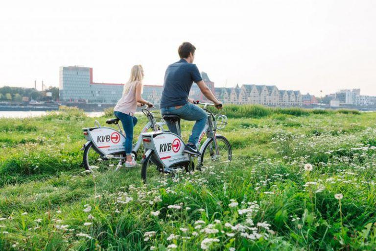 Rückansicht von Fahrrad fahrendem Paar.
