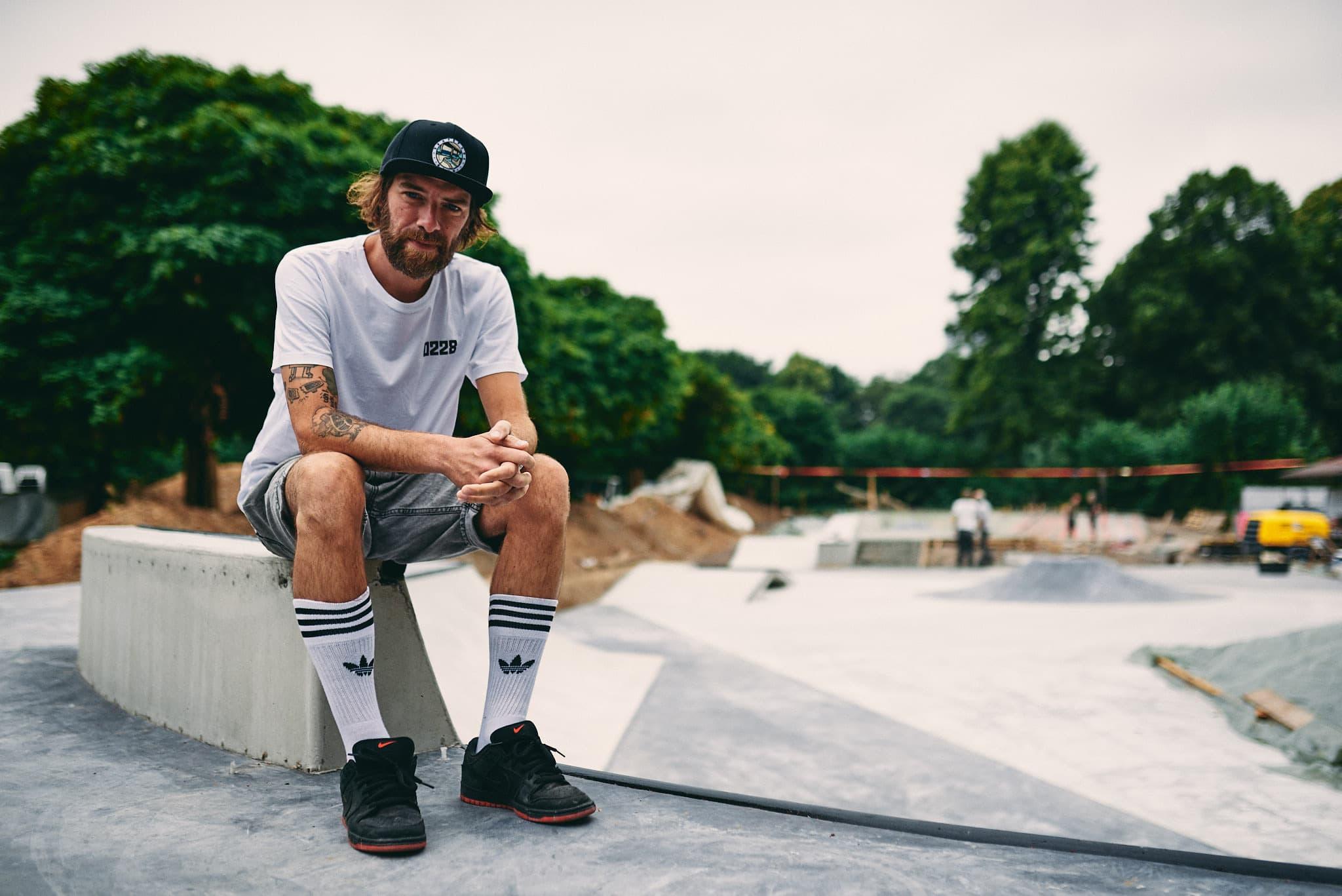 Ganzkörper Portrait von Philipp Nehren im Skatepark Bonn.
