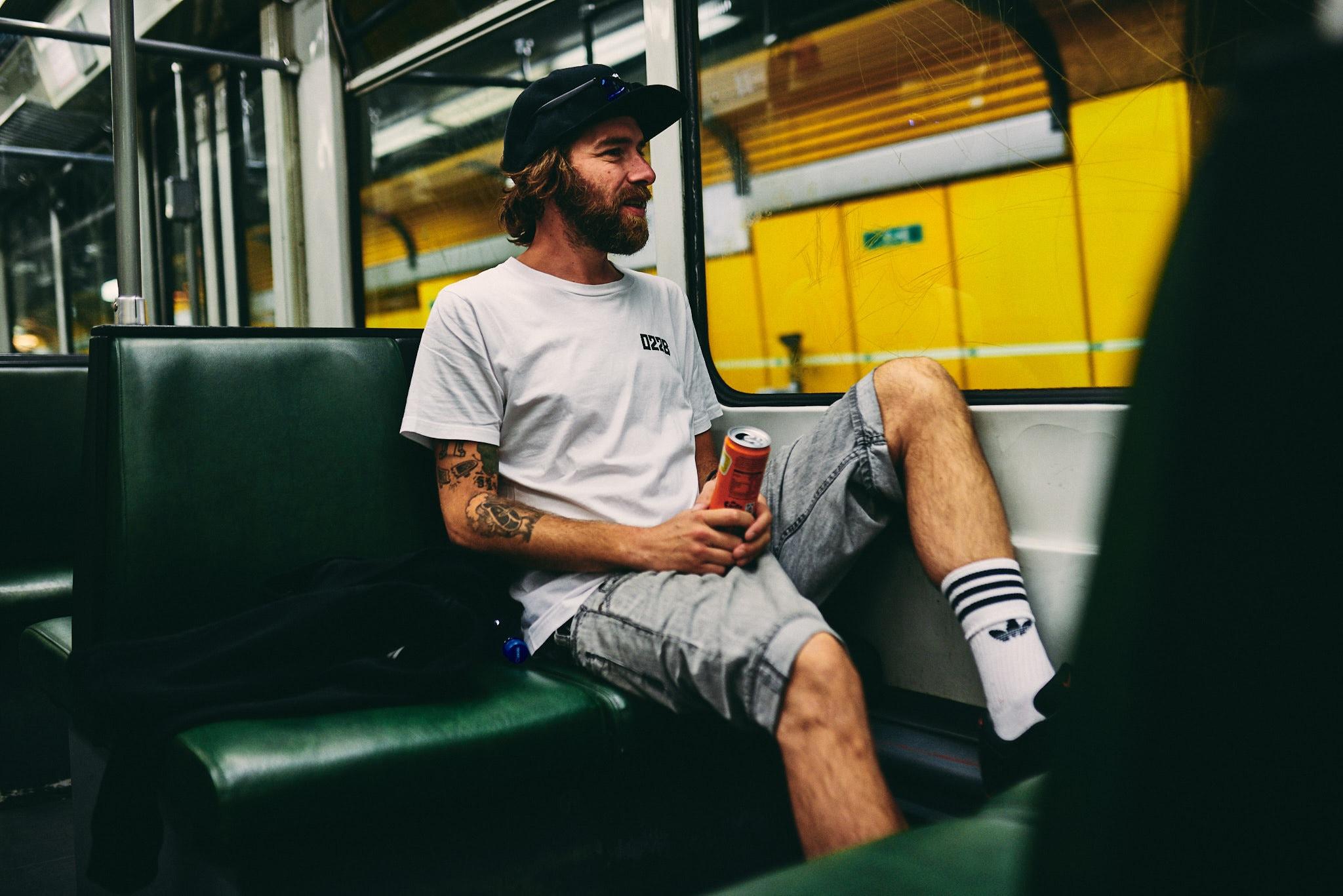 Philipp schaut aus dem Fenster der U-Bahn.