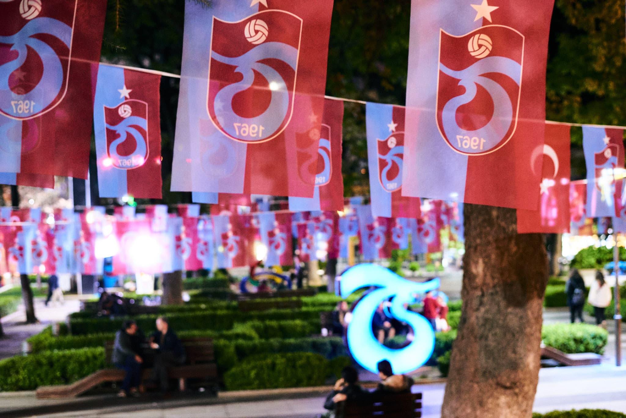 In einem Park in Trabzon hängende Wimpel des örtlichen Fußballvereins