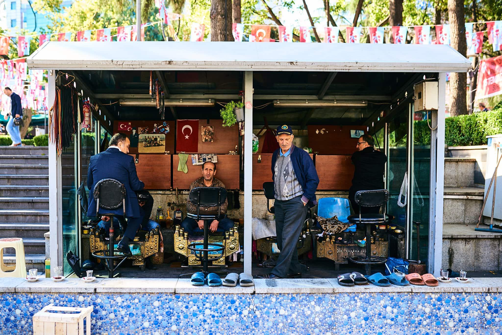 Eine Gruppe ältere Männer in einem Schuhputzgeschäft in Trabzon.