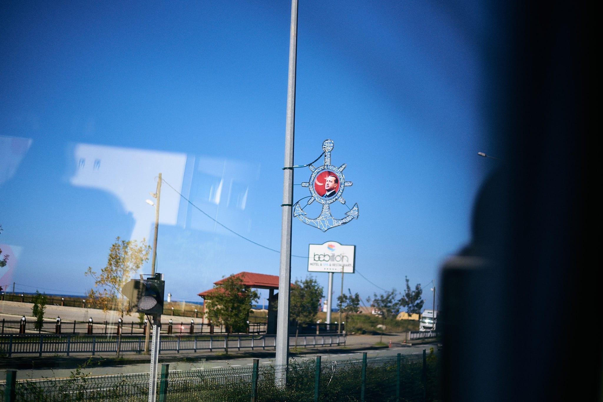 An einer Straßenlaterne hängt das Portrait Erdoğans.