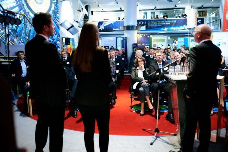 Blick von hinter der Bühne aufs Publikum.