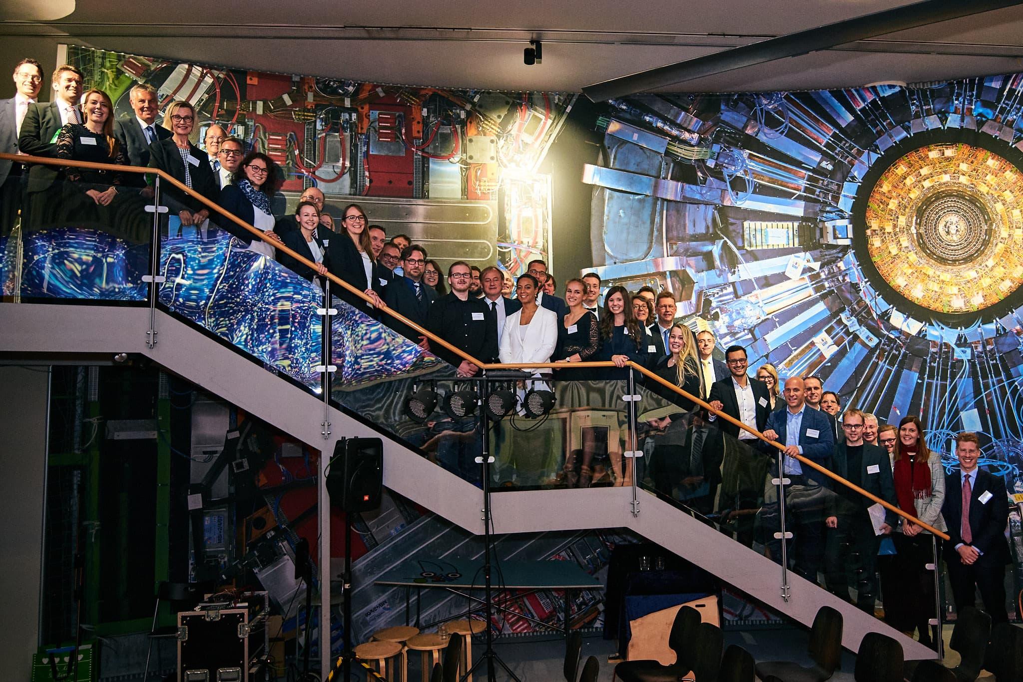 Gruppenbild auf der Treppe.
