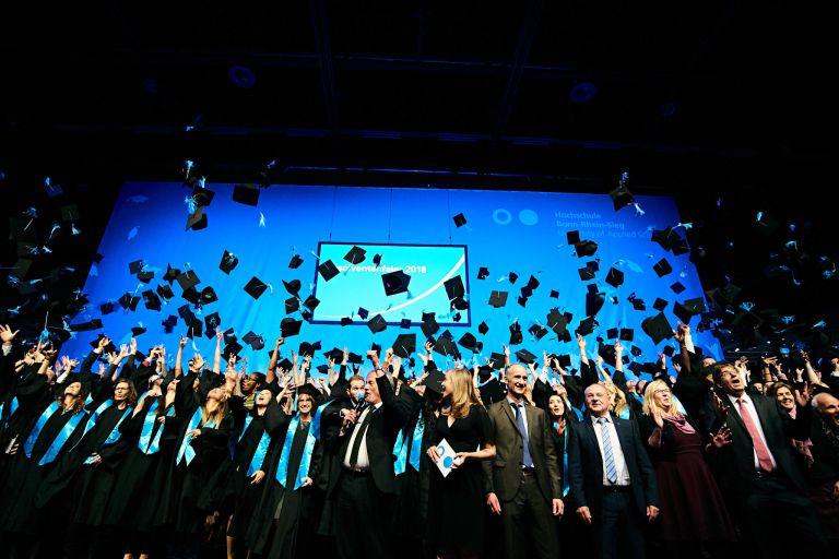 Hüte Werfen bei der Absolventenfeier der Hochschule Bonn Rhein-Sieg 2018