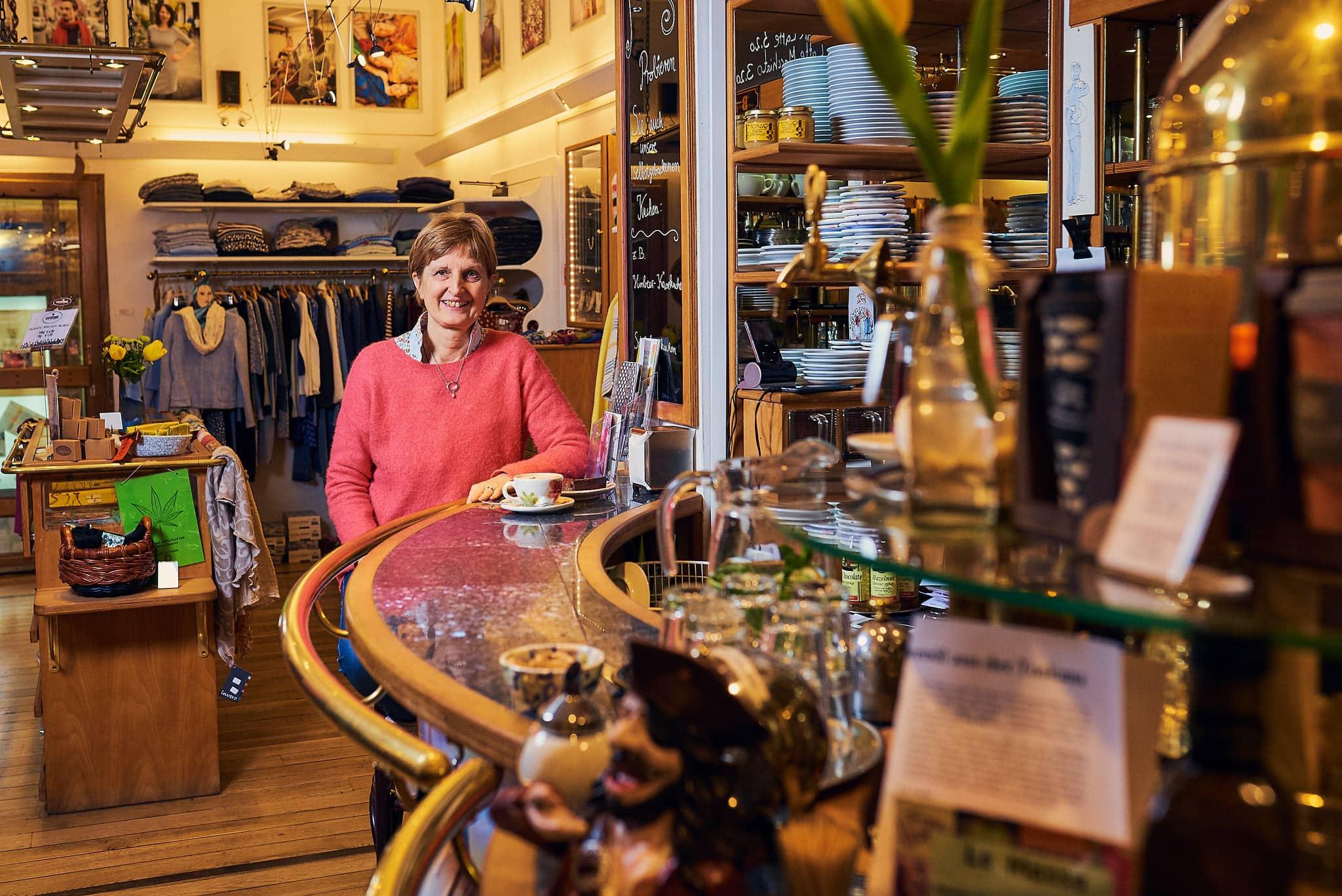 Portrait der Inhaberin des Frau Holle Cafés in der Bonner Altstadt.