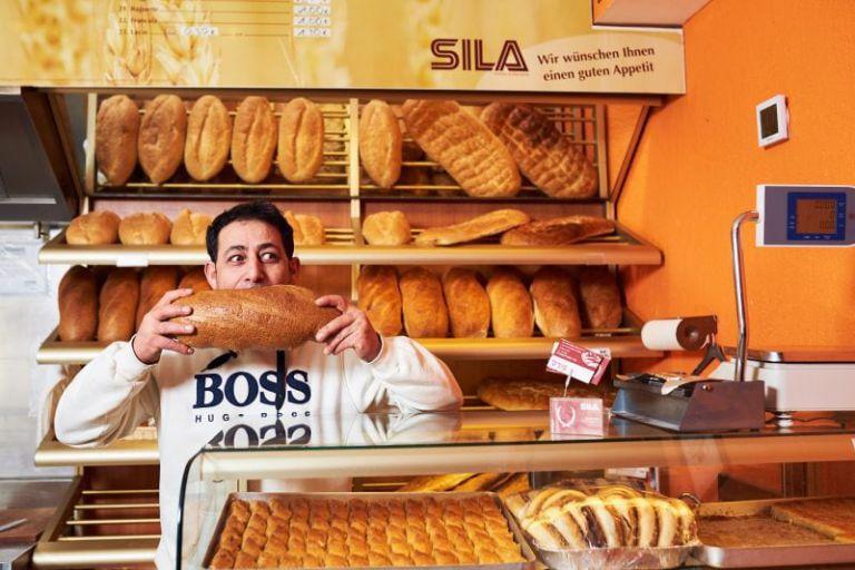 Portrait des Inhabers der türkischen Bäckerei Sila gehört.