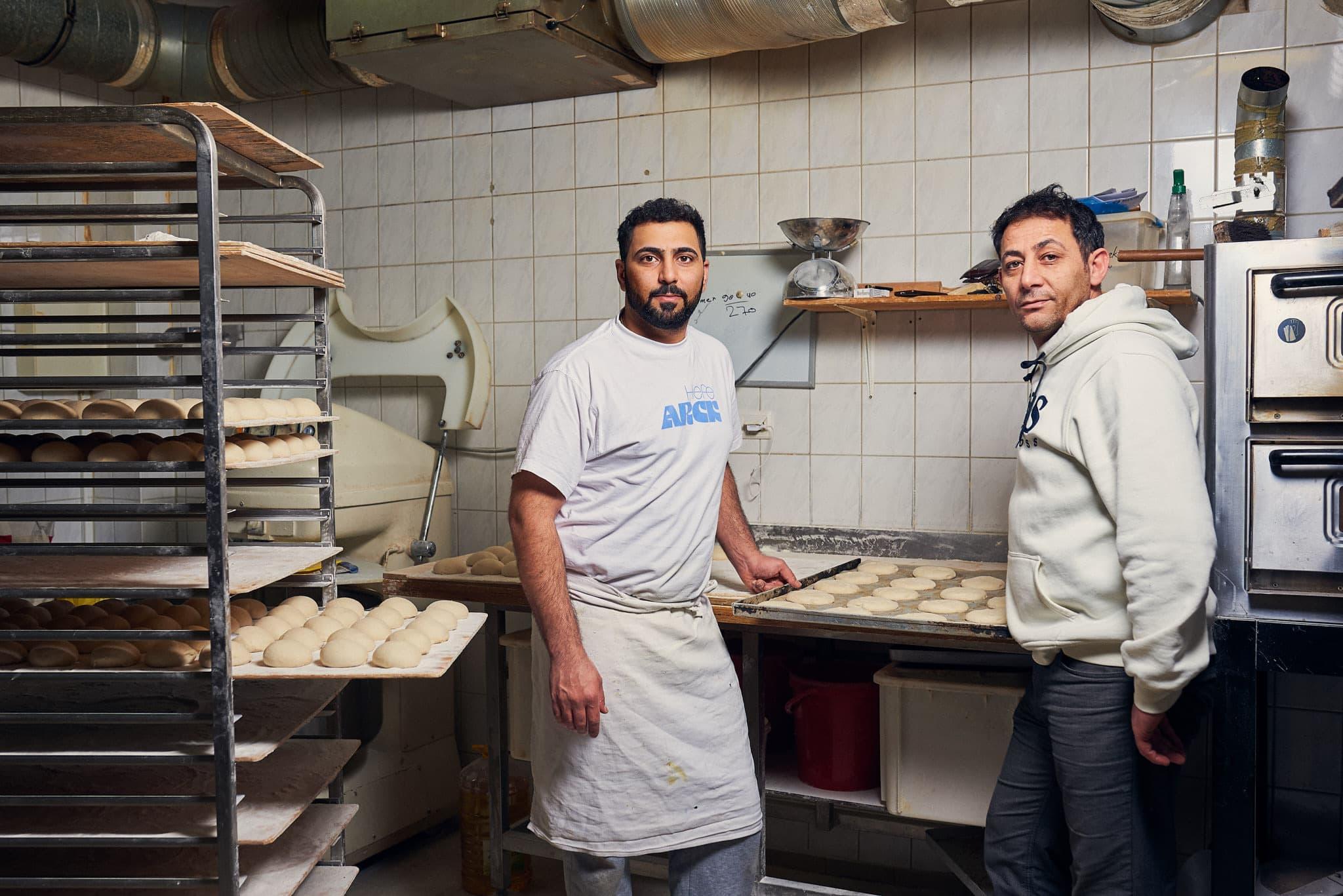 In der Backstube der Bäckerei Sila, der Geschäftsführer und sein Angestellter.