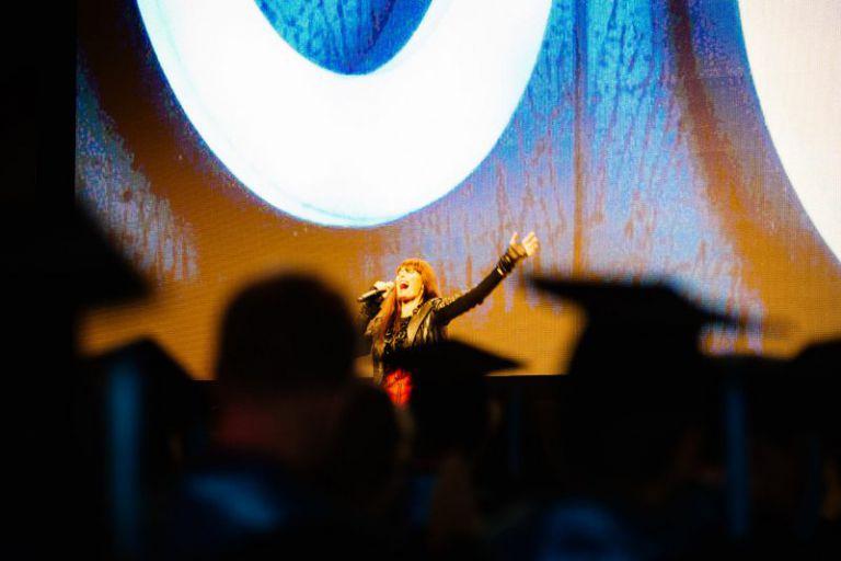 Sängerin bei der Absolventenfeier.