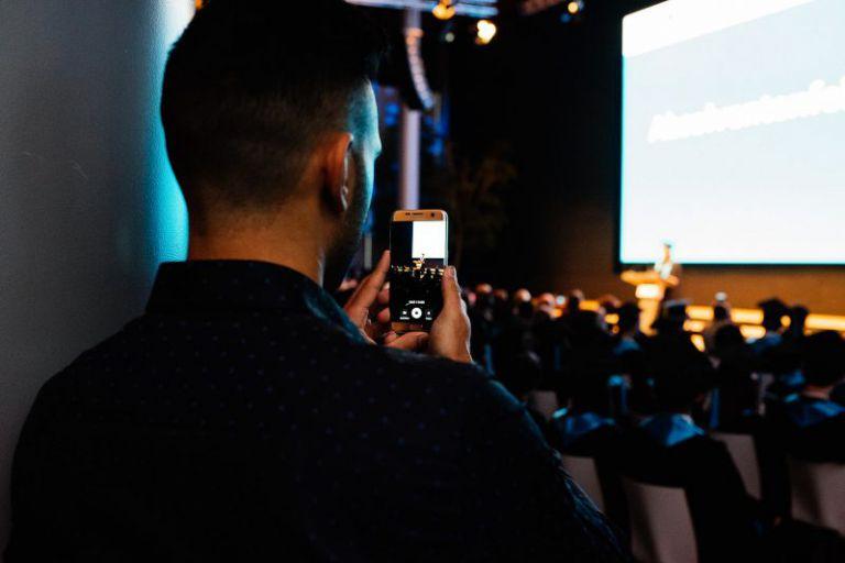 Ein Zuschauer macht ein Handybild.