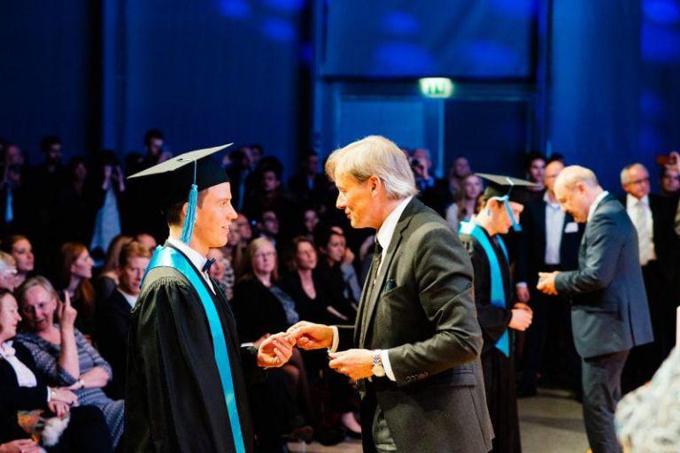 Professor Ihne unterhält sich mit einem Absolventen.