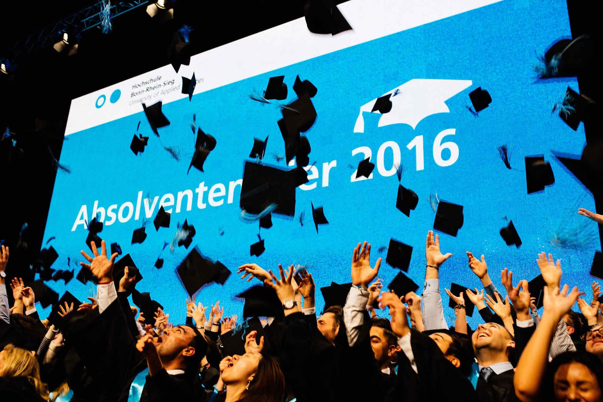 Die Hüte der Absolventen fliegen.