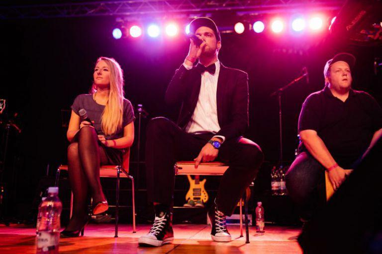 Band auf der Bühne.
