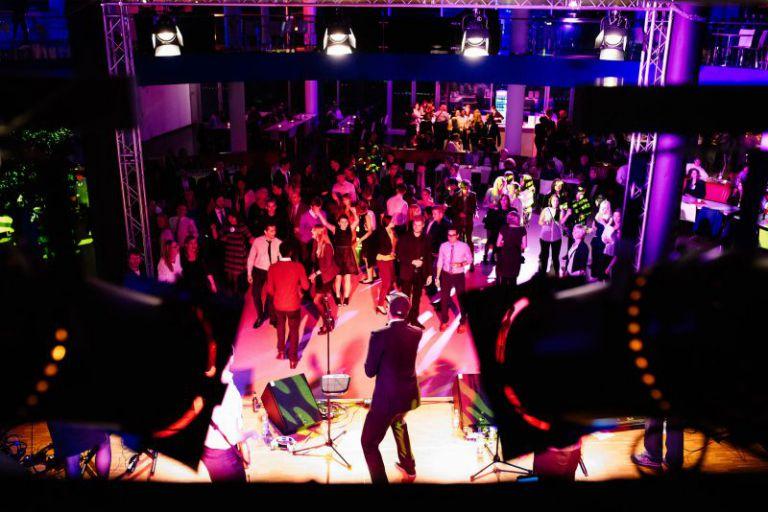 Überblick der tanzenden Absolventen.
