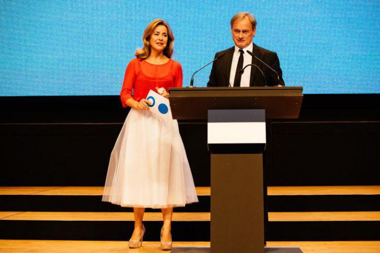 Professor Hartmut Ihne und die Moderatorin am Rednerpult.