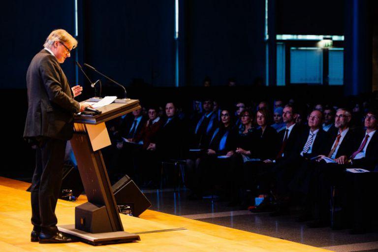 Professor Hartmut Ihne am Rednerpult. mit dem Publikum vor sich.