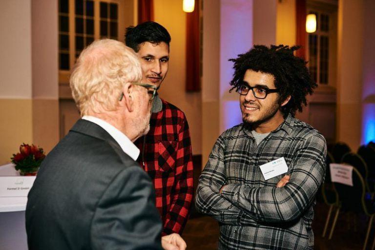 Stipendiaten hören Unternehmer zu.