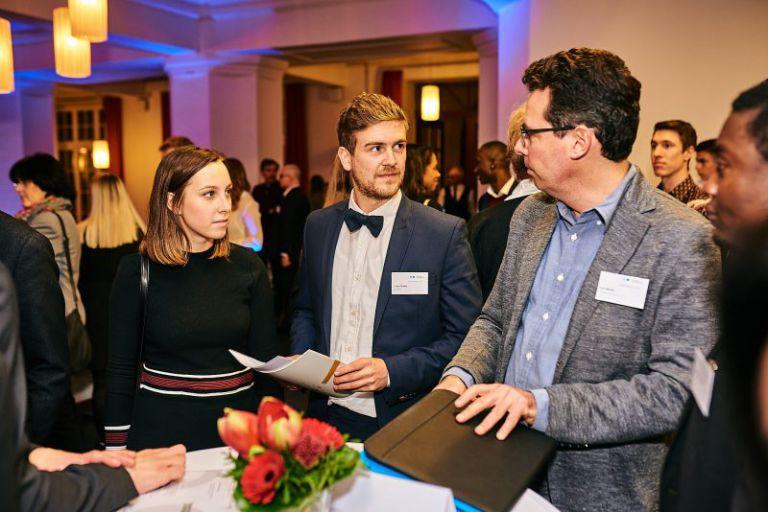 Tischgespräch zwischen Unternehmern und Stipendiaten.