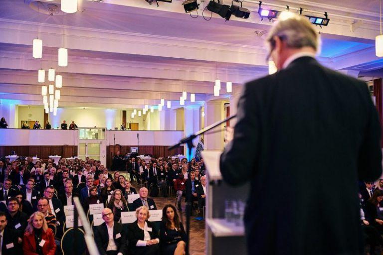 Professor Hartmut Ihne hält eine Rede vor dem Publikum.
