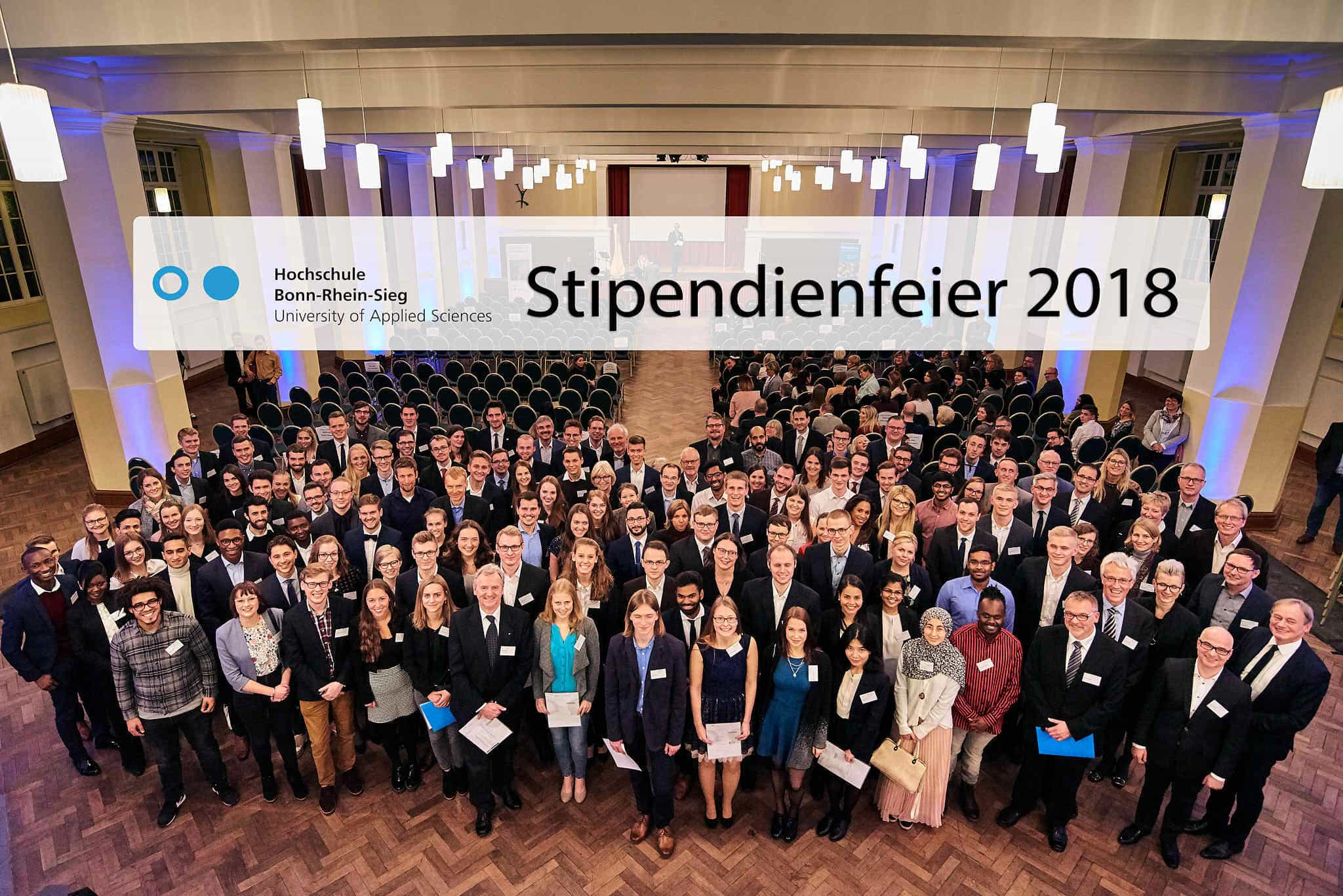 Großes Gruppenbild der Stipendiaten und der Förderer.