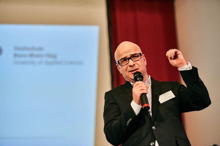 Vertreter der Deutschen Post hält eine Rede.