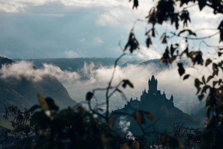 Die Reichsburg in Cochem im Nebel.