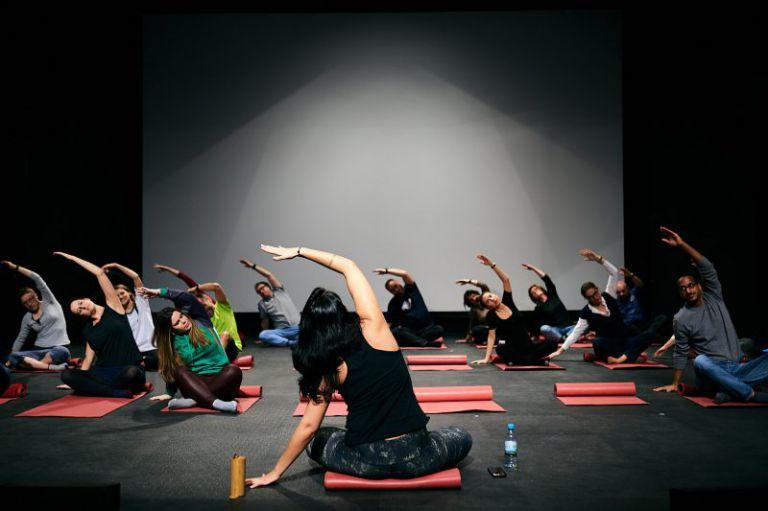 Yoga auf der Bühne.
