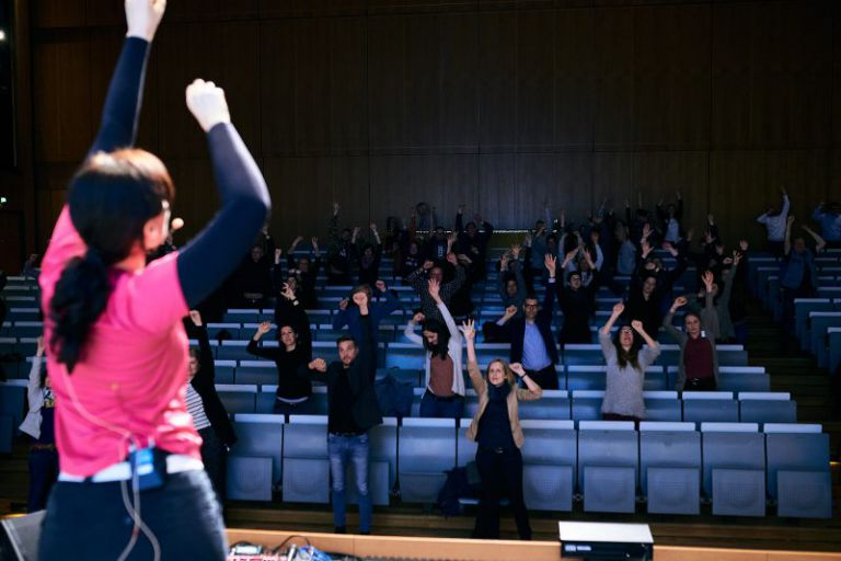 Menschen machen Sport im Hörsaal